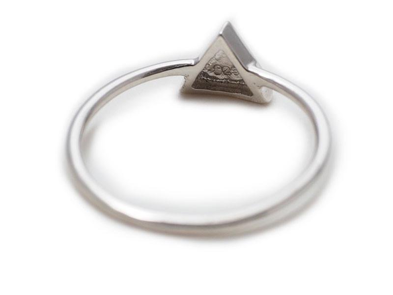 Anillo de plata triángulo